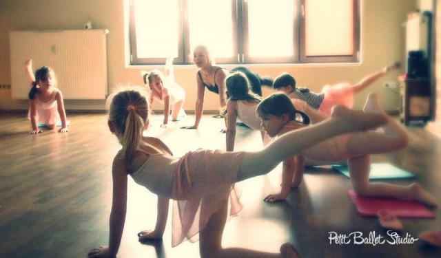 Gyermek balett oktatás - Petit Ballet Studio - balett bemutató - Attitude csoport balerinái - dr. Nagy-Hegyi Menta balettmesterrel
