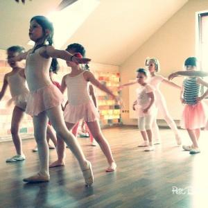 Gyermek balett oktatás - Petit Ballet Studio - balett bemutató - Developpé DeLuxe csoport balerinái