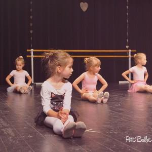 Gyermek balett oktatás - balett vizsga - Petit csoport - koncentráló balerinák